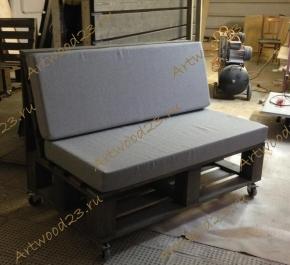 Диван в стиле палет на колесах с мягкими подушками