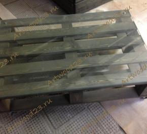 Журнальный столик в стиле паллет со стеклом на колесах